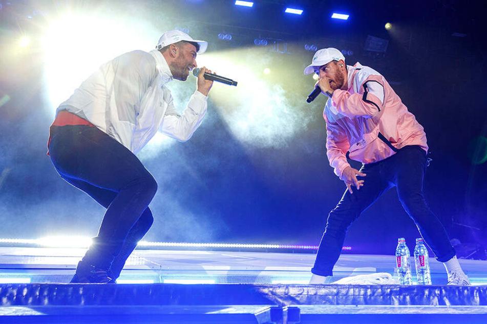 Rappten in Dresden: Marteria und Casper auf der Bühne am Elbufer.