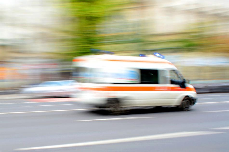 Ein Rettungswagen brachte das Unfallopfer in ein Krankenhaus (Symbolbild).