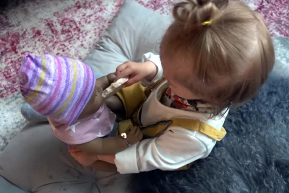 Ella bekam die größte Puppe, die es im Geschäft gab. Zu viel in dem Alter?