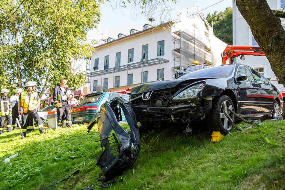 Der Wagen nahm erheblichen Schaden und musste mit speziellen Maschinen geborgen werden.
