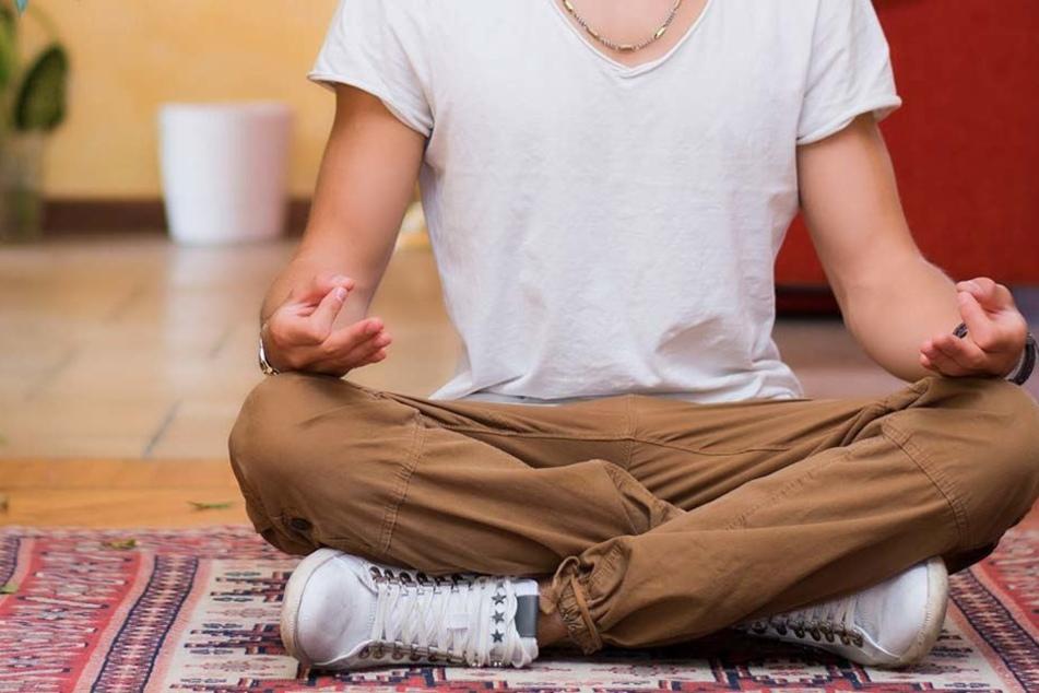 Als die Polizei den 19 Mal vorbestraften Mann festnehmen will, ist dieser gerade beim Meditieren. (Symbolfoto)