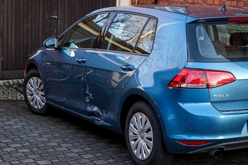 Der BMW-Fahrer krachte bei seiner Flucht in einen VW.