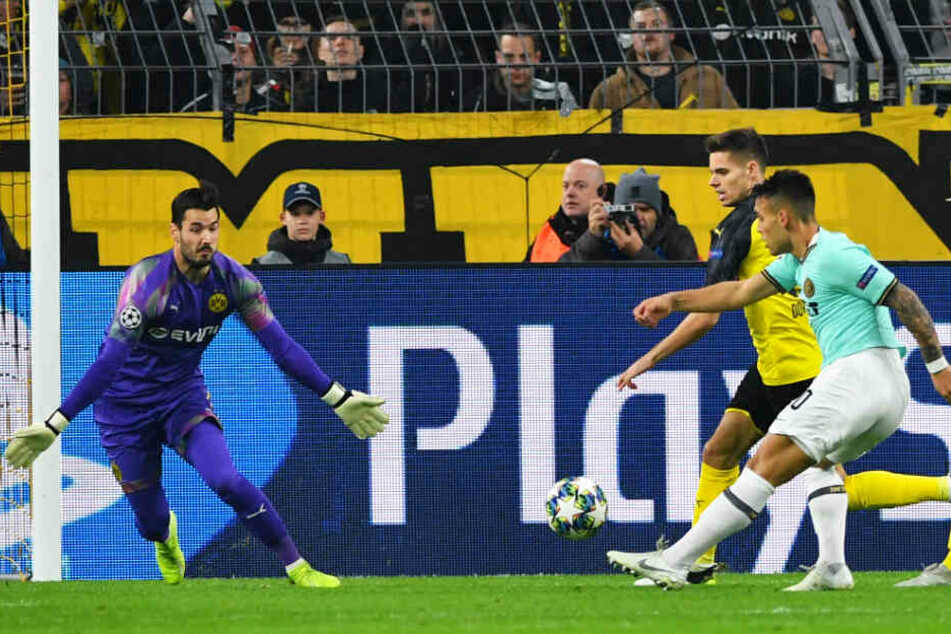 Inter-Stürmer Lautaro Martinez (r.) trifft zum 1:0 für Mailand.