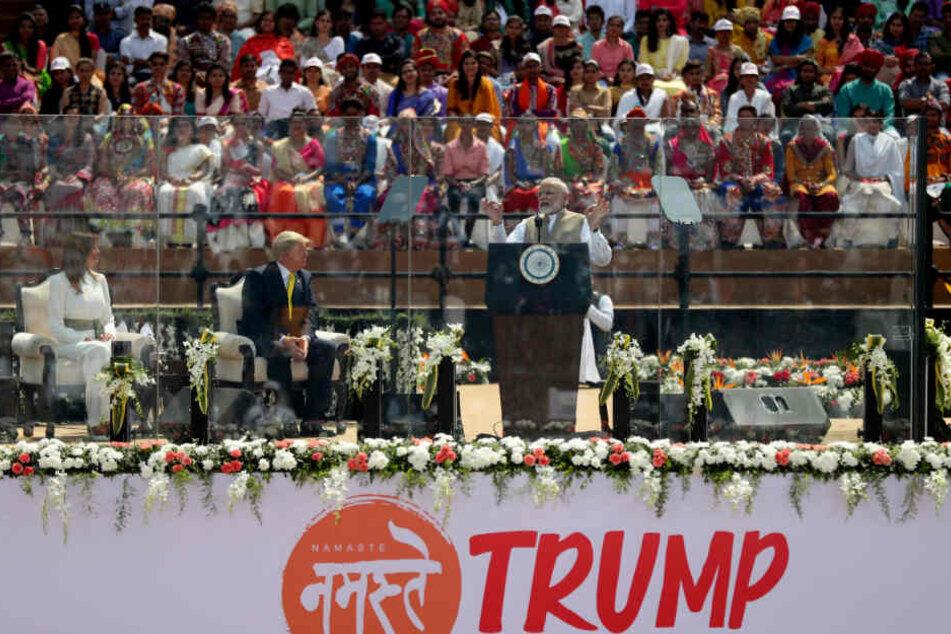Narendra Modi (r-l), Premierminister von Indien, spricht während der Willkommensveranstaltung für Donald und Melania Trump im Sardar-Patel-Gujarat-Stadion.