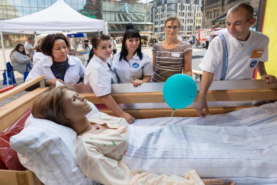 Die Sprecherin der Pflegeverbände Sabine Geck (50, M.) und Azubis warben Mittwoch auf dem Markt für mehr Aufmerksamkeit.