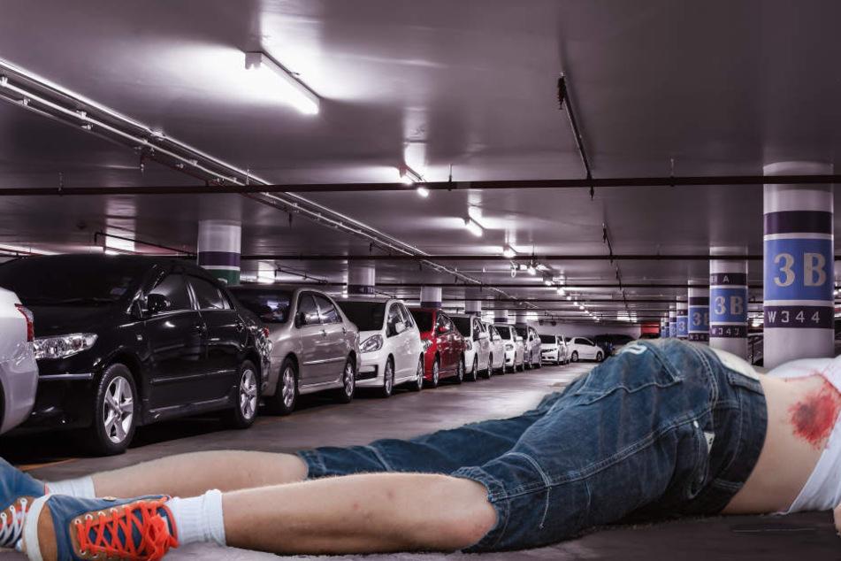 Teenie liegt schwer verletzt vor Parkhaus: Polizei steht vor Rätsel
