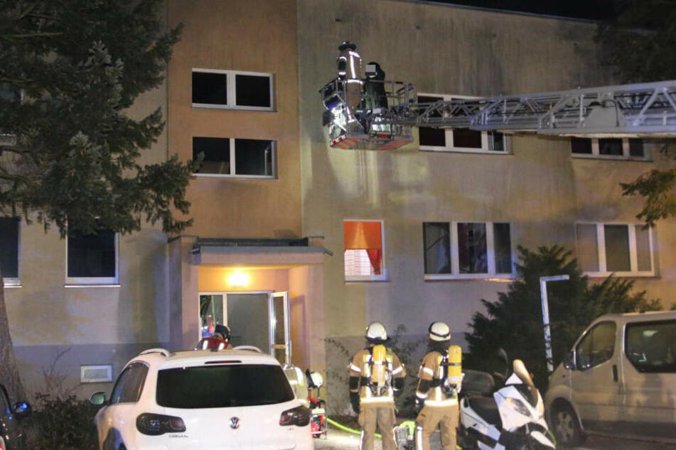 Über eine Drehleiter rettete die Feuerwehr diese Frau ins Freie.