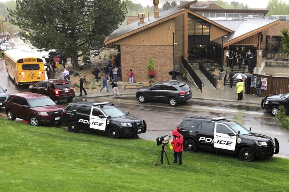 Polizisten stehen und vor einer Schule in den USA.