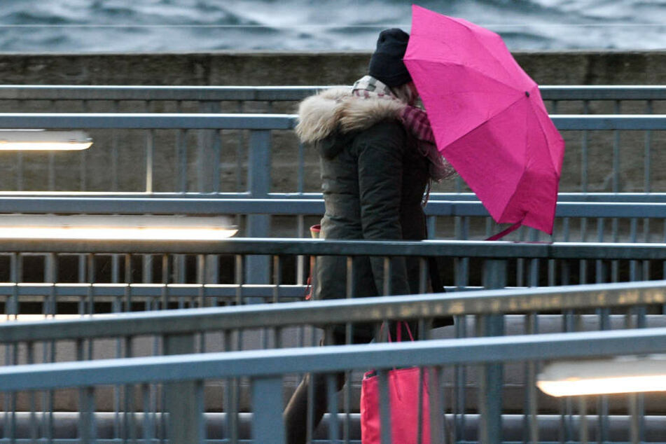 Ein Regenschirm war im Januar stets treuer Begleiter der Hessen. (Symbolbild)