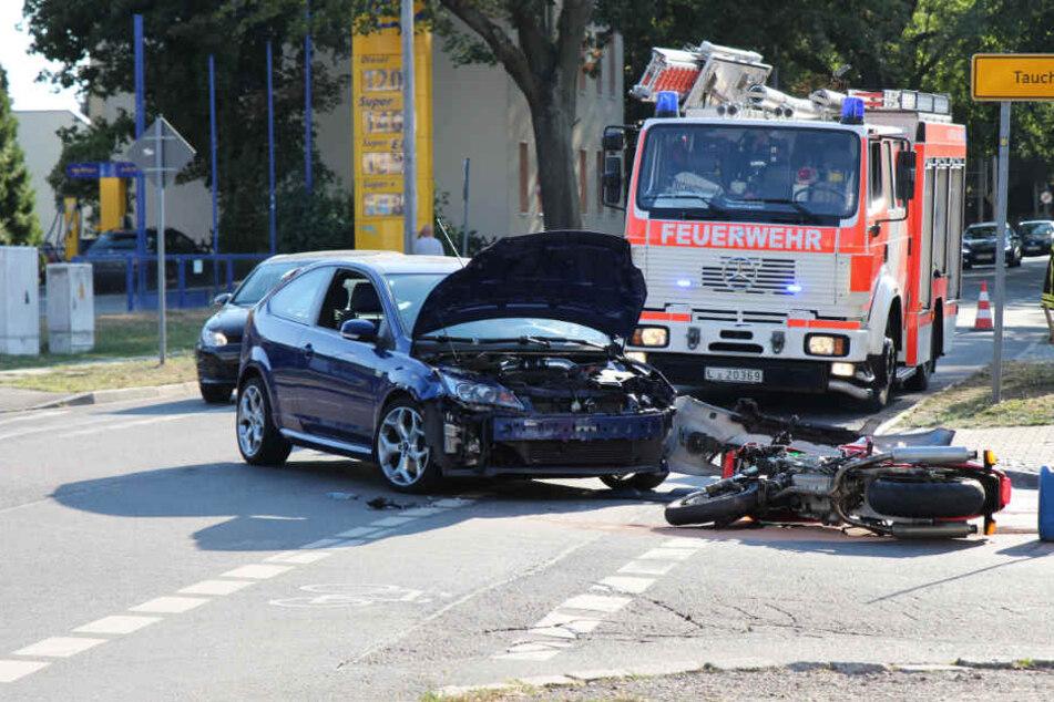 Der Kradfahrer wurde bei dem Sturz auf der Kreuzung verletzt und anschließend ins Krankenhaus gebracht.