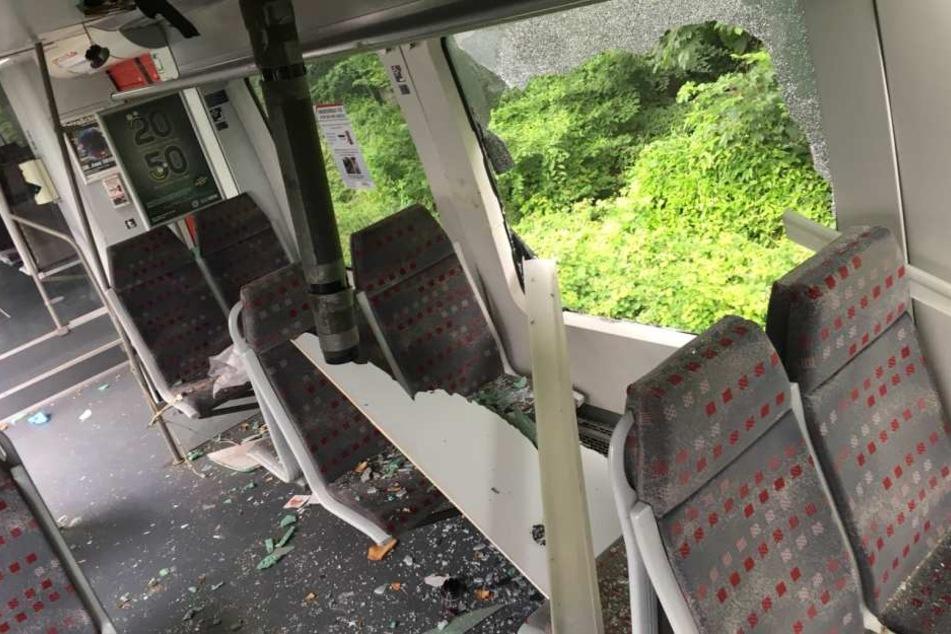Durch die Kollision wurde der Zug stark beschädigt.