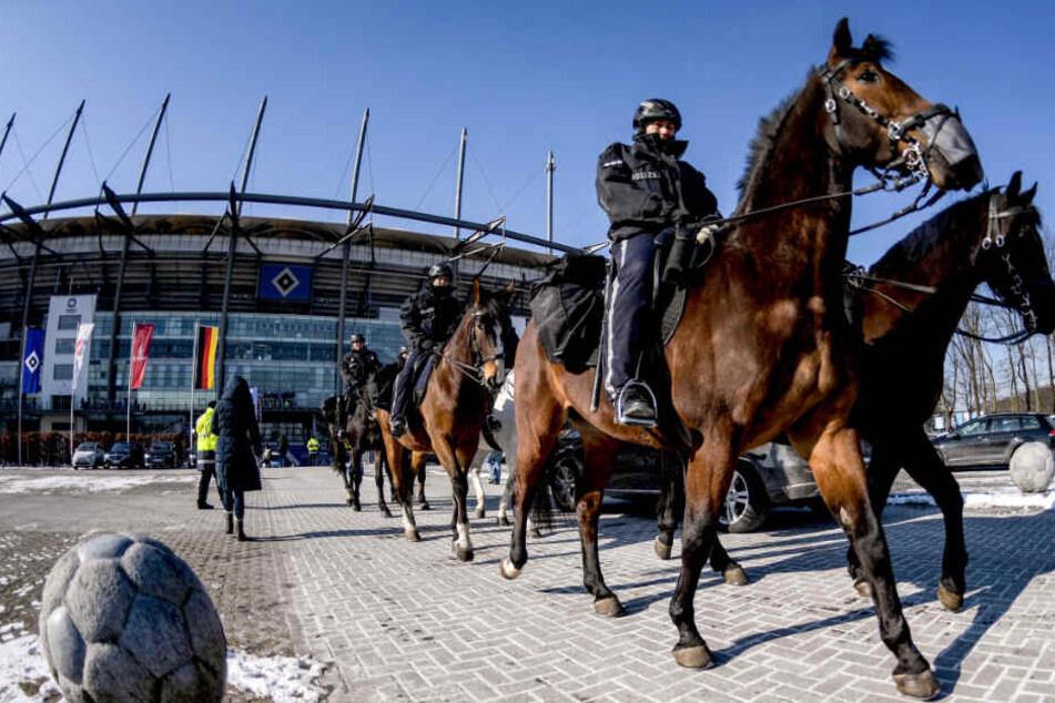 Polizisten zu Pferd sichern das Volksparkstadion vor einem HSV-Spiel. Vermutlich wird die Reiterstaffel auch beim Derby eingesetzt.