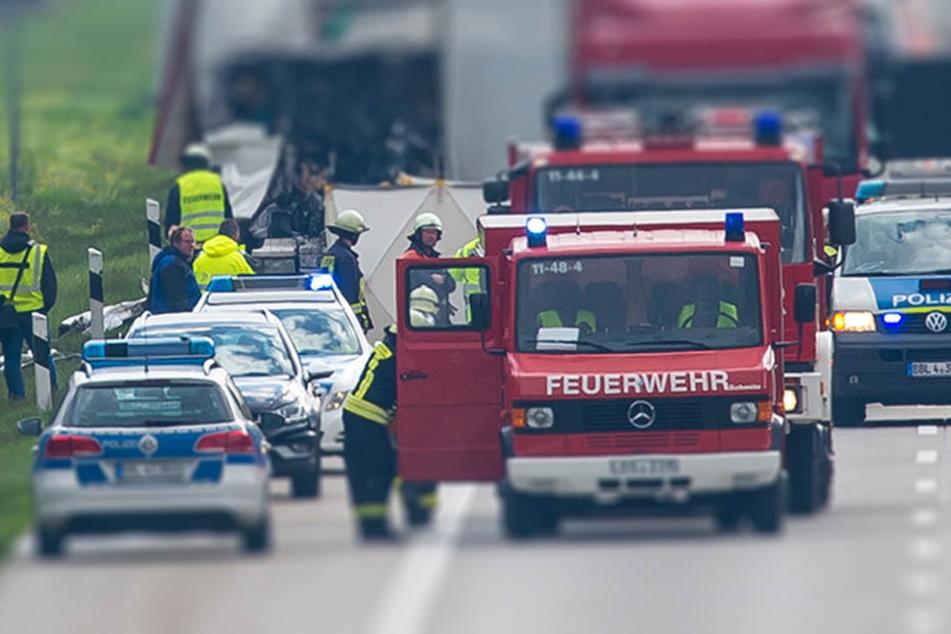 Neben zahlreichen Einsatz- und Rettungskräften wurde auch ein Rettungshubschrauber zur Unglücksstelle gerufen. (Symbolbild)