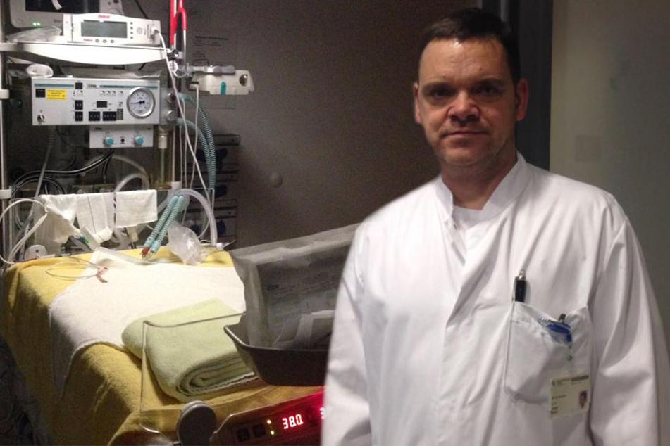 Prof. Dr. med. Holger Stepan (50) zeigt uns, wo die Frühgeborenen erstversorgt werden. In dem Raum herrschen muckelige 38 Grad.