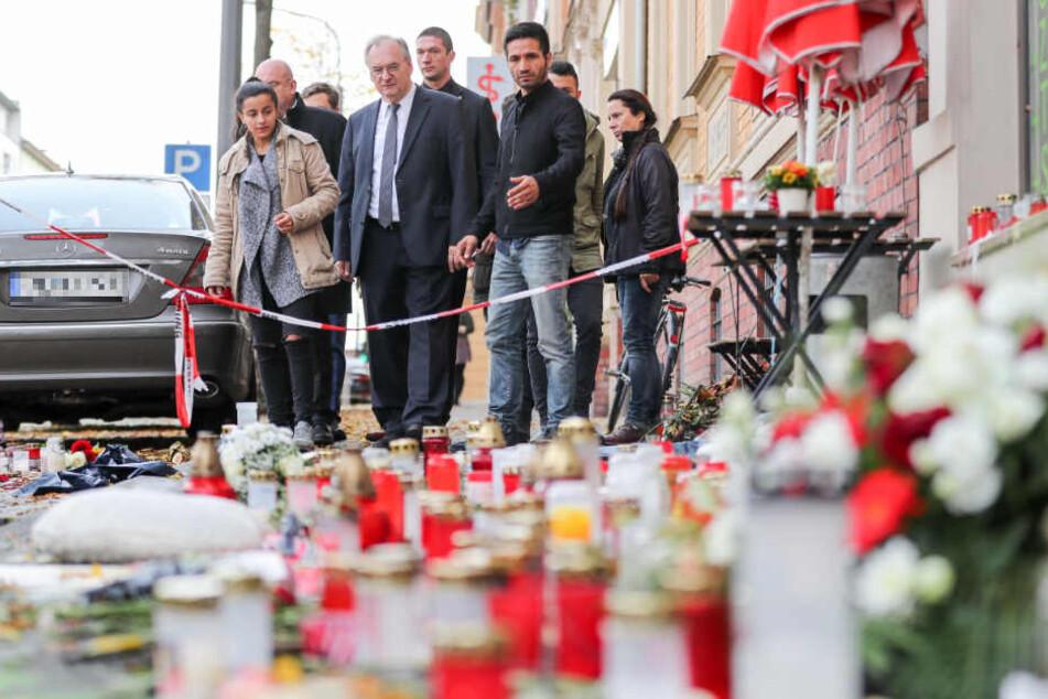Sachsen-Anhalts Ministerpräsident Reiner Haseloff (CDU, mit Krawatte) gedachte am Freitag vor dem Kiez-Döner von Izzet Cagac dem darin getöteten 20-jährigen Kevin S.