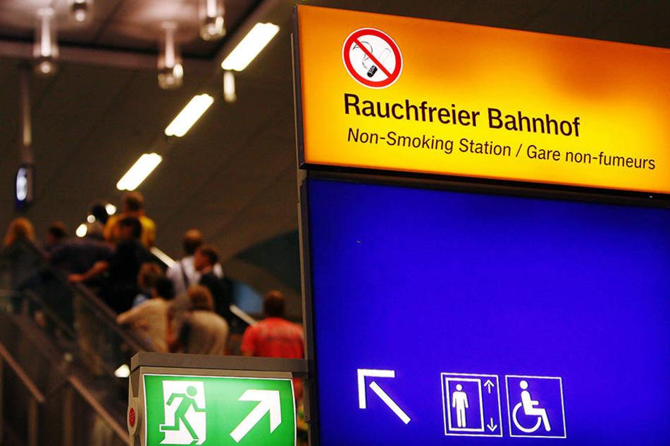 Das Rauchverbot im Hauptbahnhof Halle an der Saale hat ein Betrunkener bewusst ignoriert - mit Folgen. (Symbolbild)