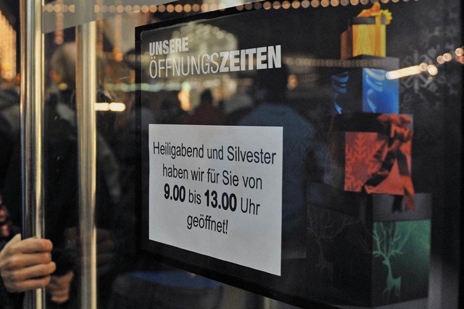 Schilder informieren über die Öffnungszeiten an Weihnachten.