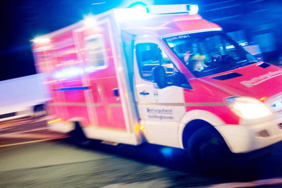 Schwer verletzt wurde der Fahrer in ein Krankenhaus gebracht (Symbolfoto).