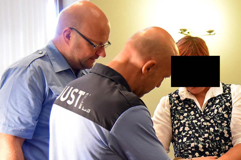 Eine unscheinbare Frau: Justizbeamte nehmen Claudia S. (31) im Gerichtssaal die Handschellen ab. Die Angeklagte bestreitet alle Vorwürfe.