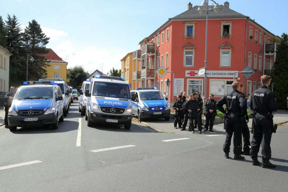 ZweiRechte haben in Heidenau drei Flüchtlinge angegriffen und verletzt (Archivbild).