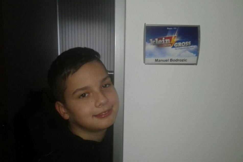 Ganz stolz posiert Manuel vor seinem Vorbereitungsraum bei den Aufnahmen zur Show.