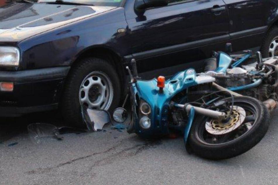 Autofahrer übersieht Motorrad, dann kommt es zum Crash
