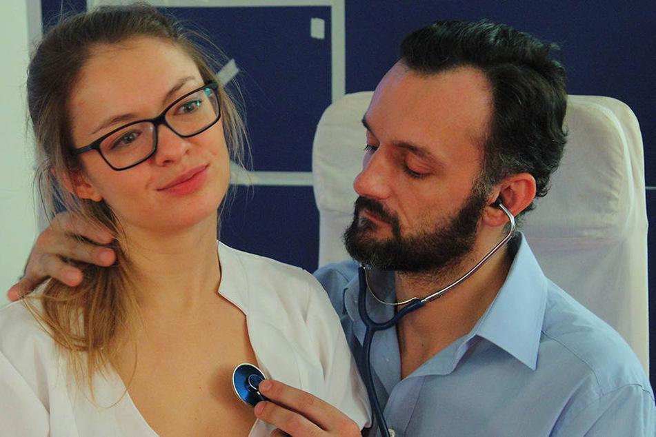 Dr. Löchler (Manuel Krstanovic) springt für den erkrankten Seifert ein.