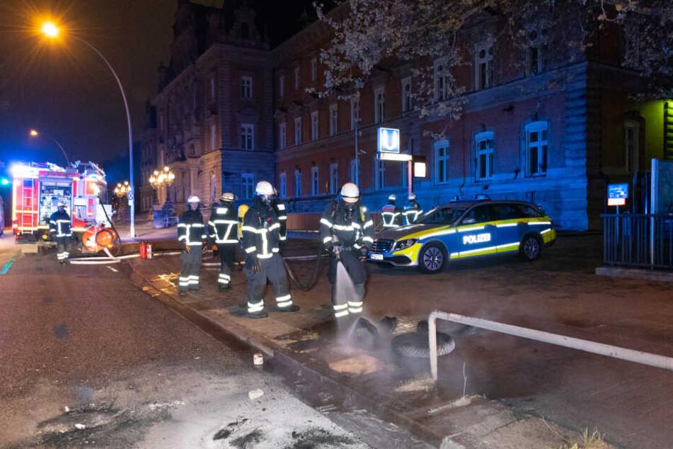 Die Feuerwehr musste wohl mehrere Haufen brennender Reifen vor dem Strafjustizgebäude löschen.