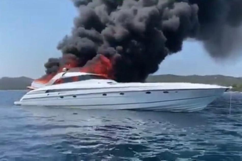 Das Schiff, das Maitre Gims mit drei Freunden vor Bonifacio auf Korsika mietete, in Flammen.