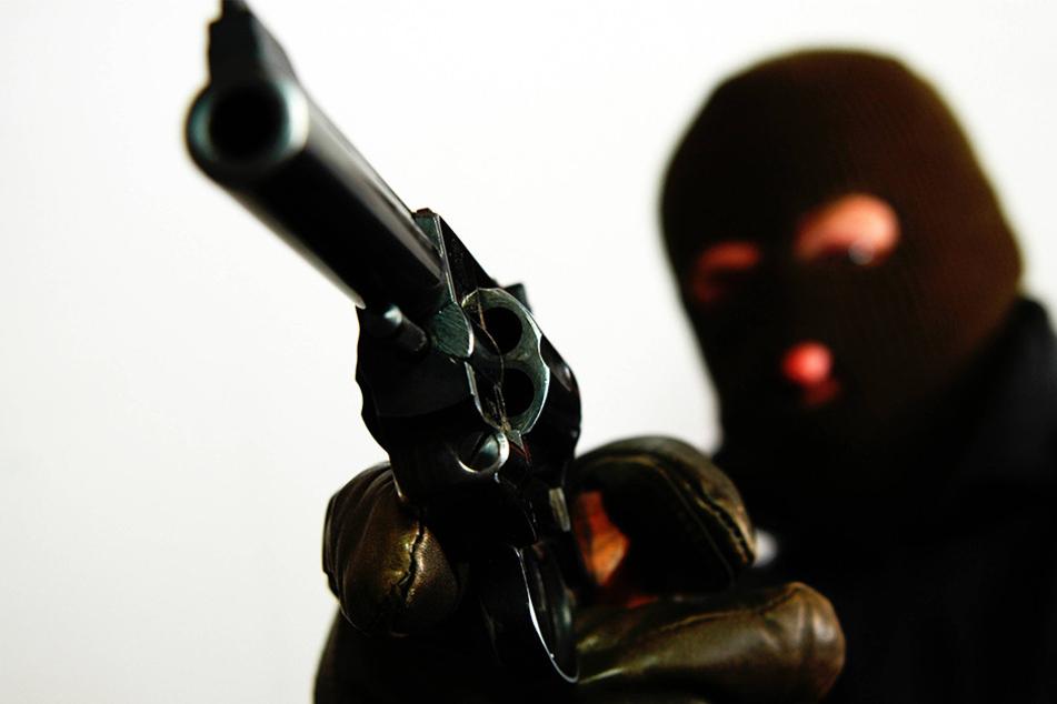 Der Täter bedrohte die Kassiererin mit einer Pistole und forderte Bargeld.