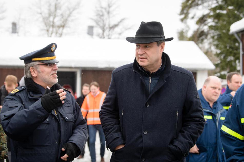 Markus Söder unterhält sich bei seinem Besuch in Wolfratshausen mit Robert Kopp, dem Polizeipräsidenten vom Polizeipräsidium Oberbayern Süd.