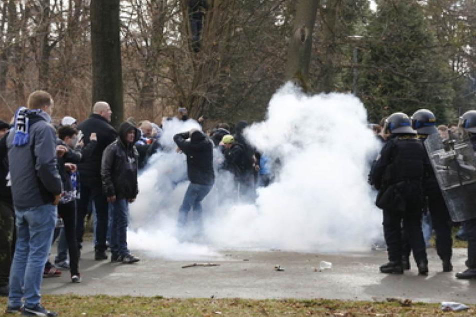 Ein Dutzend Hooligans wurden von der Polizei festgenommen.