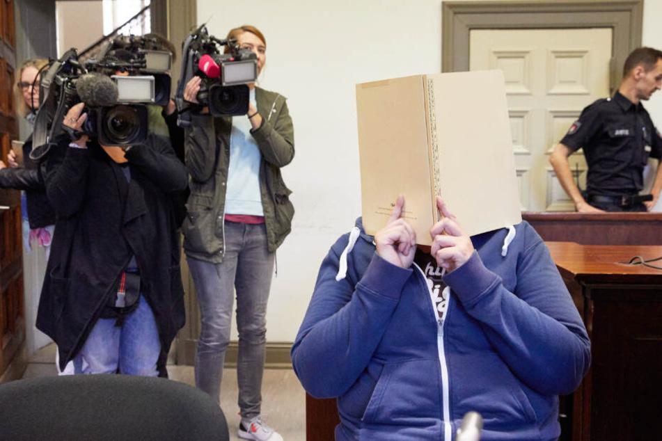 Die ehemalige Pflegerin verbirgt ihr Gesicht während vor dem Prozess hinter einer Aktenmappe.