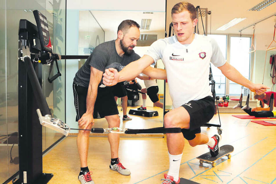 Schon beim Anblick sind die Qualen zu erkennen: Nicky Adler mit Sporttherapeut Daniel Förster an der Beinpresse. Mit seinem kaputten rechten Bein zieht er die Gewichte.