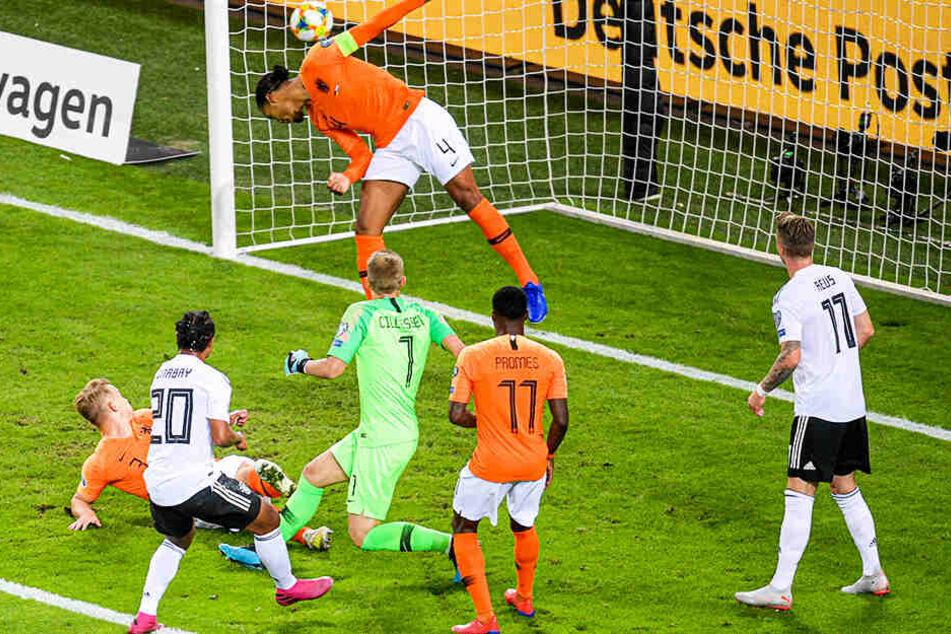 An allen vorbei: Serge Gnabry (Zweiter von links) trifft zum 1:0 für Deutschland.