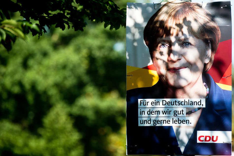 Unter anderem wurde ein Plakat der CDU abgefackelt. (Symbolbild)