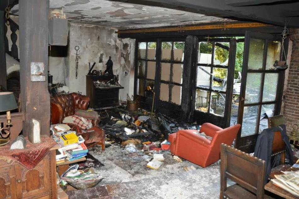 Das Foto der Polizei vom 31. Mai 2017 zeigt ein ausgebranntes Zimmer in einem Haus in Haan.