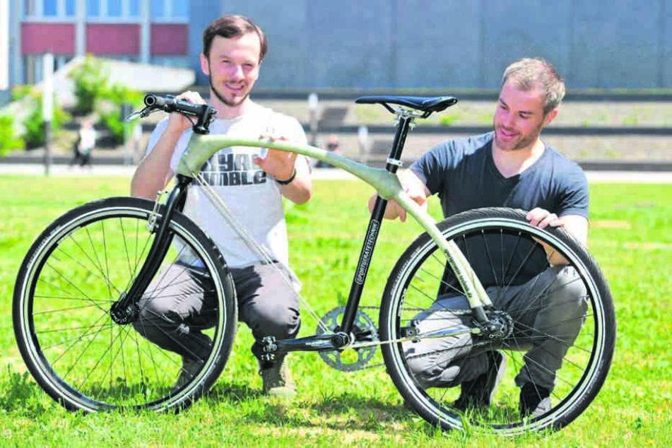 """Zwei der drei Tüftler mit dem """"bowbike"""": Leon Kontny (25) und Hendrik Berthel  (37)."""