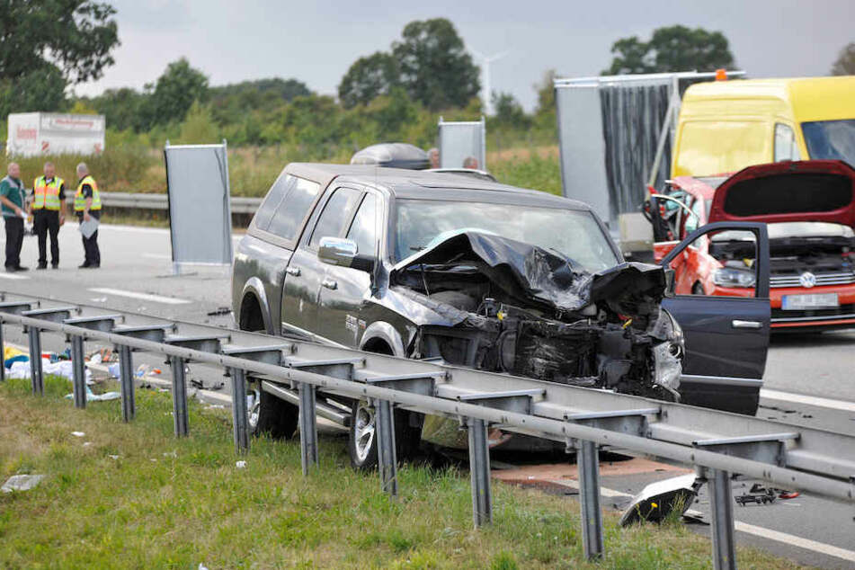 Der schwere Pick-Up der Unfallfahrerin steht an der Leitplanke der A20.
