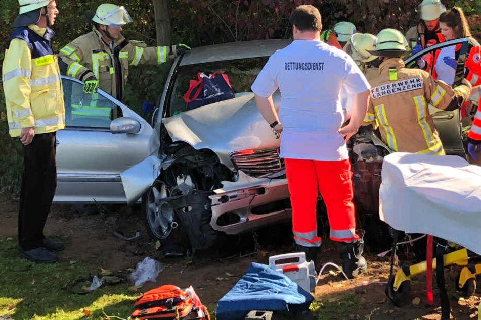 Die Feuerwehr musste einen Mann und eine Frau aus dem Mercedes-Wrack befreien.
