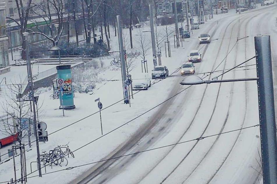Leipzig (hier Karl-Liebknecht-Straße) ist am Samstagmorgen komplett in weiß gehüllt.