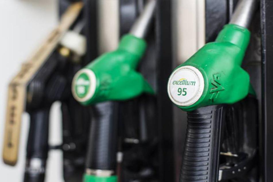 Wenn weniger Öl fließt, treffen uns die Auswirkungen direkt an der Zapfsäule.