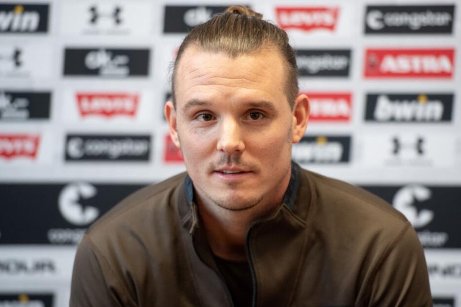 Fußball-Gott Meier bei einer Pressekonferenz.