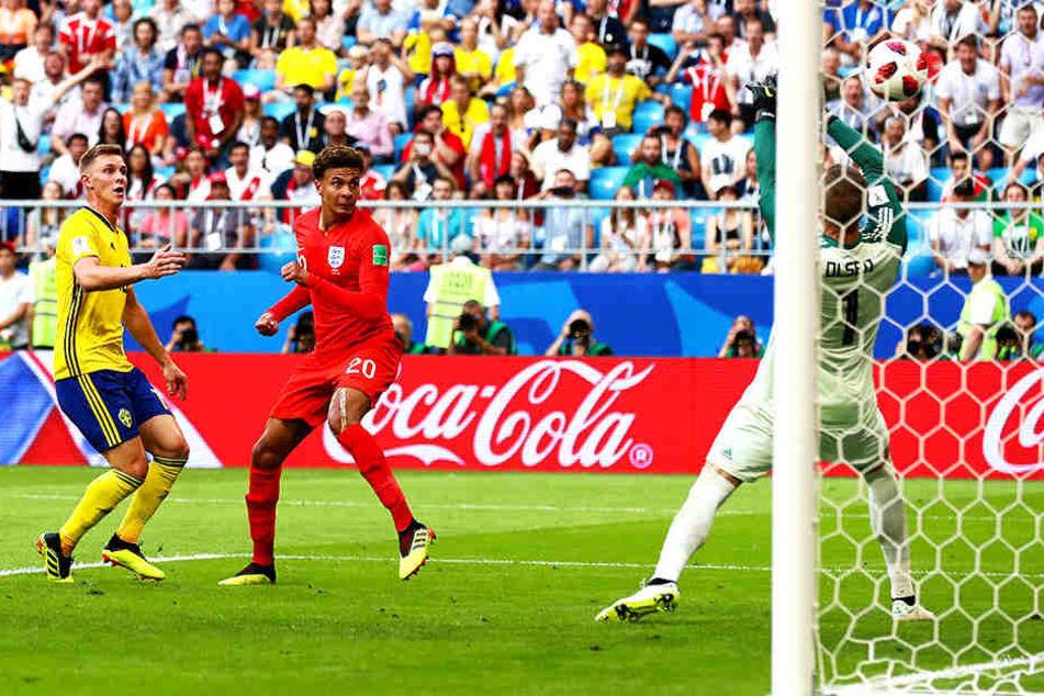 Englands Dele Alli (Mitte) erzielt per Kopf das 2:0. Schwedens Emil Krafth (l.) und Torhüter Robin Olsen (r.) können nur zuschauen.
