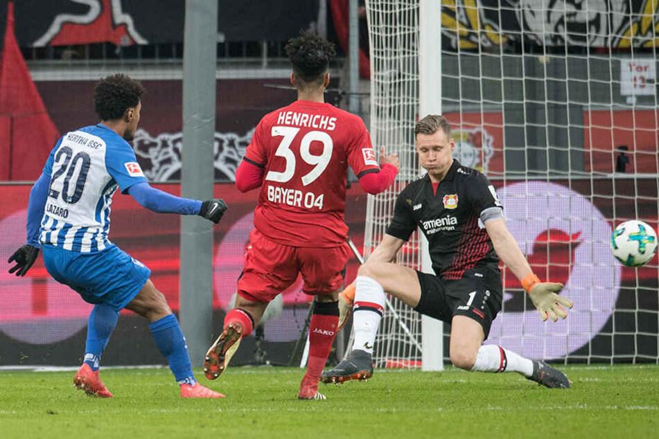 Herthas Valentino Lazaro (l) erzielt gegen Leverkusens Torhüter Bernd Leno (r) und Benjamin Henrichs seinen Treffer zum 1:0.