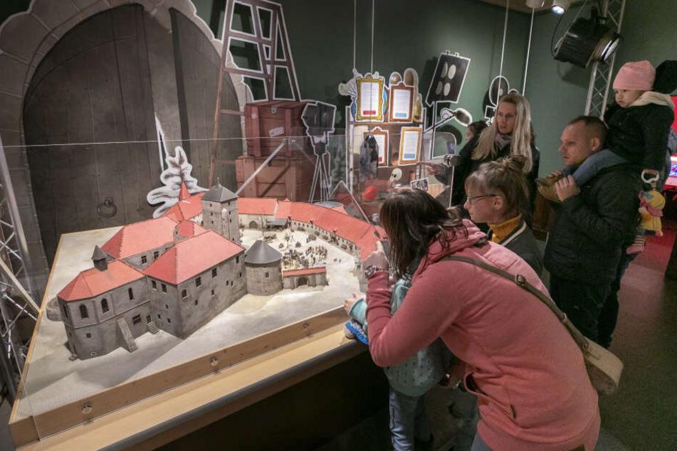 Große und kleine Fans kommen in der Ausstellung auf ihre Kosten, denn sie können einen Blick hinter die Film-Kulissen werfen.