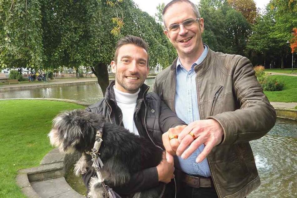 Adrian (li.) und Mark Kober (re.) sind überglücklich, als erstes Paar die homosexuelle Ehe einzugehen.