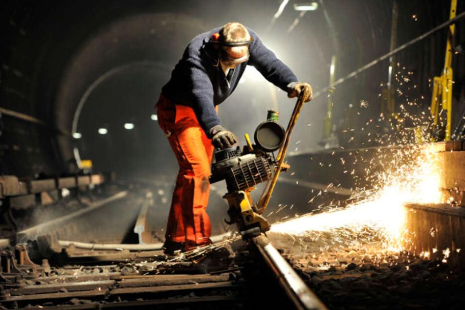 Ein Hochbahnmitarbeiter arbeitet an einem U-Bahn-Gleis. (Symbolbild)