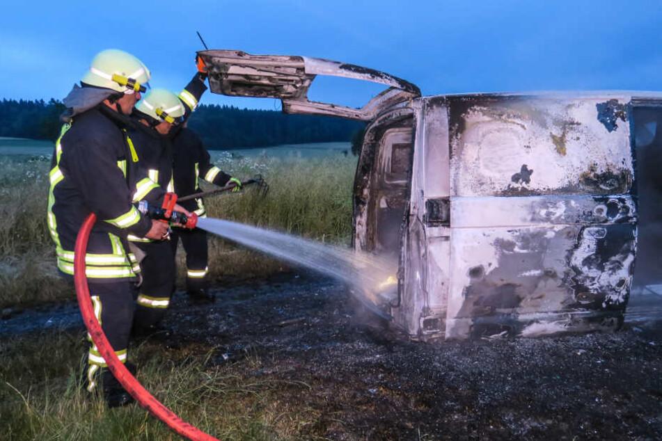 Der VW Transporter brannte komplett aus.