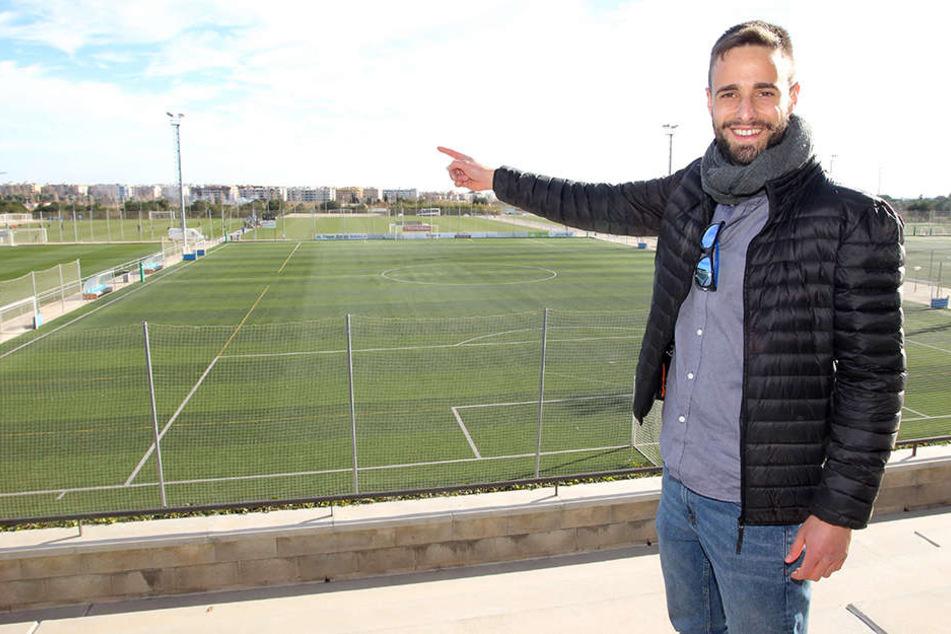 """Fußballplätze im Cambrils Park Resort, wohin das Auge schaut! Jordi Segura Aguilar, seines Zeichens """"Destination Manager Spanien"""", zeigt auf sein Salouer Reich."""